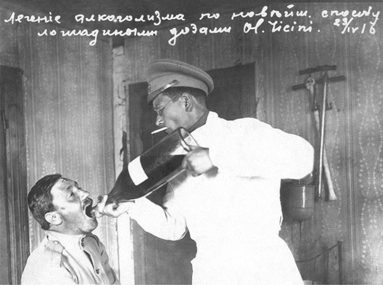 1917.Юмор. Надпись на фото: лечение алкоголизма новым способом-лошадиными дозами.