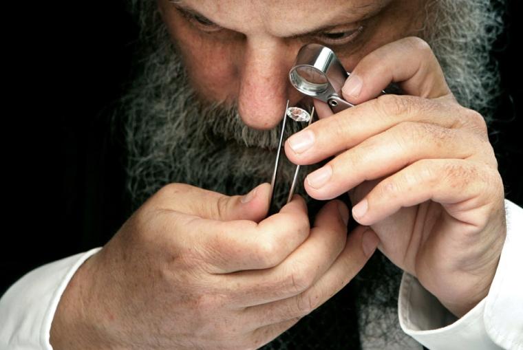 Хасид проверяет качество бриллианта Фото: Reuters