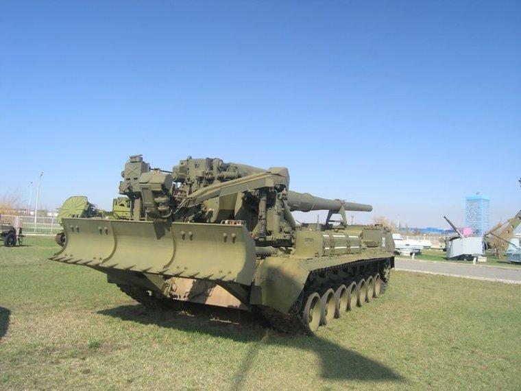 САУ 2С7 «Пион» в походном положении. Сошник поднят. На сошнике хорошо видны кронштейны для установки дополнительных бочек с топливом. Досылатель МЗ в положении «по-походному»