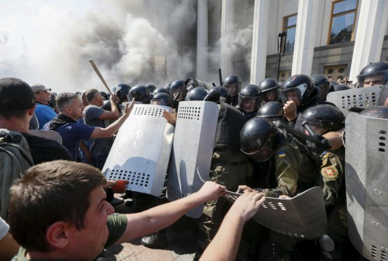 Demonstrators, who are against a constitutional amendment on decentralization, clash with police outside the parliament building in Kiev, Ukraine, August 31, 2015.  REUTERS/Valentyn Ogirenko