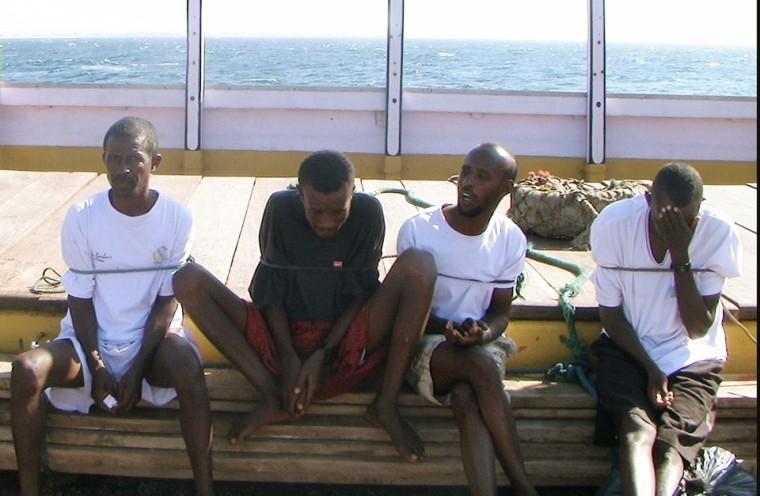 Подозреваемые в пиратстве, задержанные французскими морскими пехотинцами в Аденском заливе, после выдачи их властям Пунтленда, январь 2009 года. Фото: AP Photo / East News
