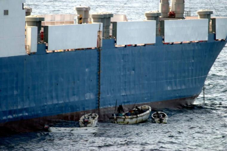 Лодки сомалийских пиратов у борта захваченного украинского сухогруза «Фаина», 25 сентября 2008 года. Фото: dapd / US NAVY / AP Photo / East News.